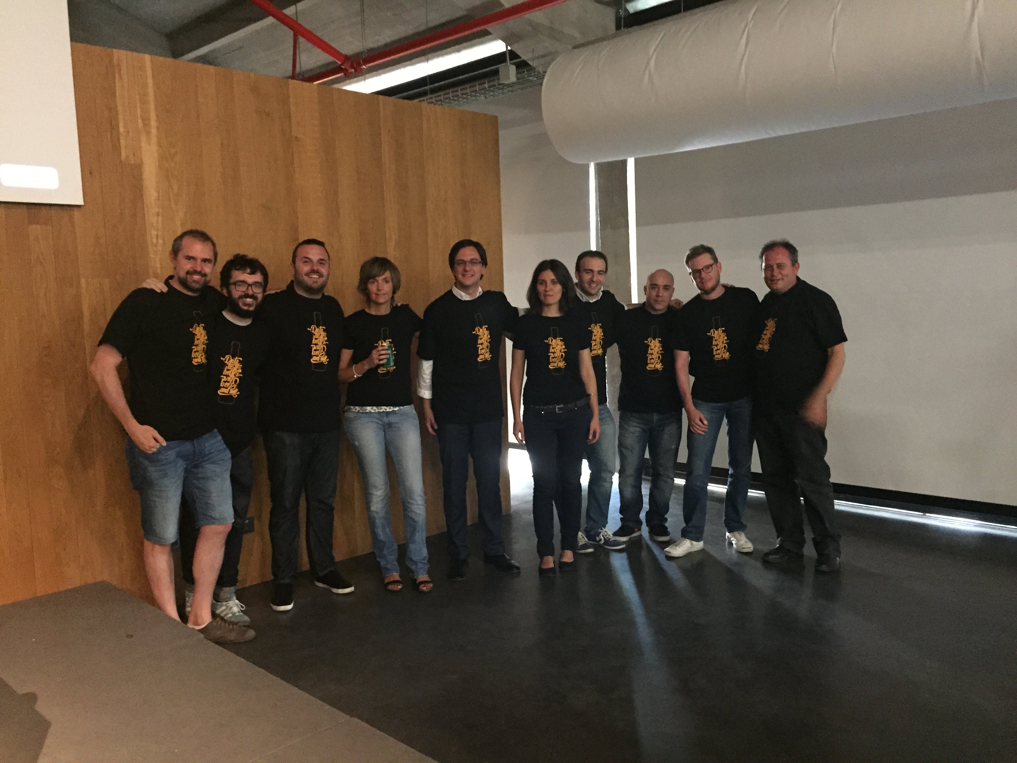 Group of speakers at databeers with our t-shirt cellebrating one year of talks at databeers madrid